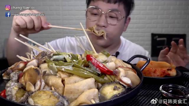 """""""水煮鱼饼串+鲍鱼+乌冬面"""",搭配萝卜泡菜吃最好不过啦!!"""