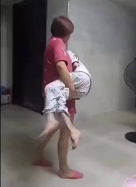 妈妈睡太久了,叫我抱她走走。希望所有的母亲都健康长寿!