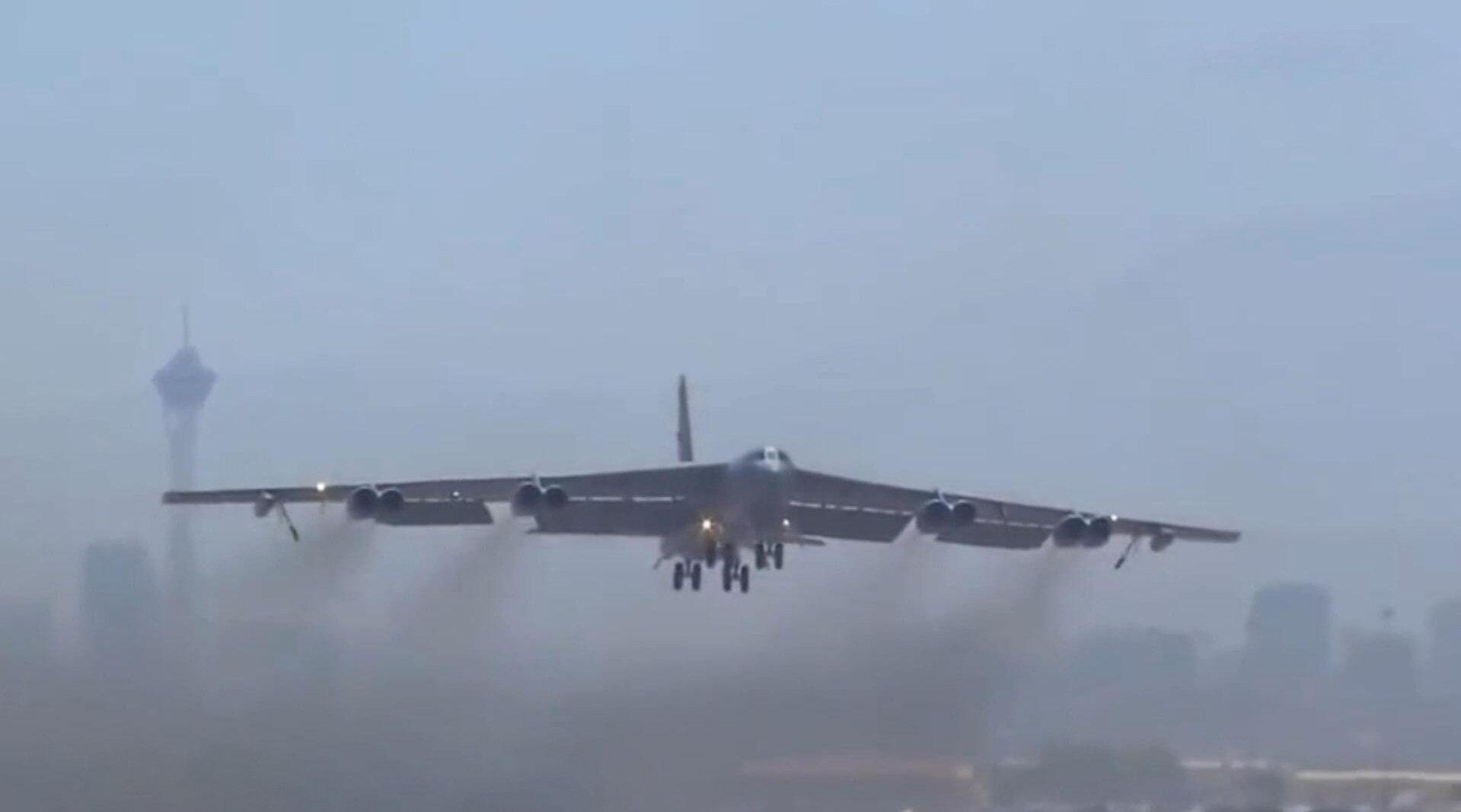 美军B-52战略轰炸机,运用八台发动机的动力,起飞瞬间果然霸气!