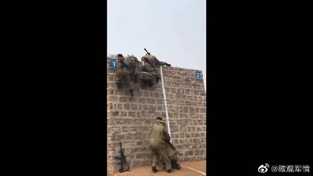 军事演习,俄罗斯海军陆战队进行越障竞赛!
