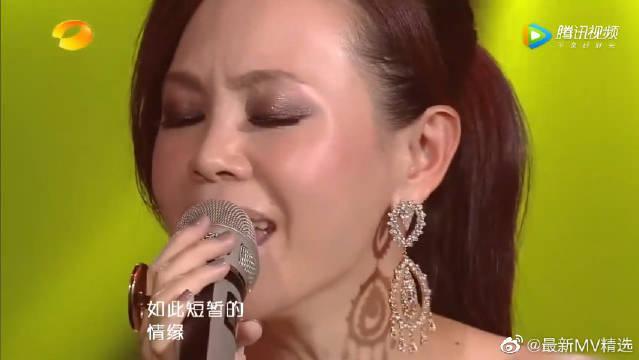 这首是彭佳慧的代表作,她的声音中有泪、有爱、有恨……