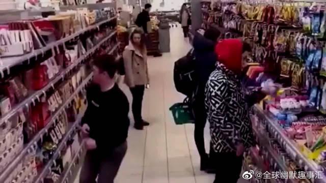沙雕老外超市里面玩后空翻,吓得路人手里东西都掉了!
