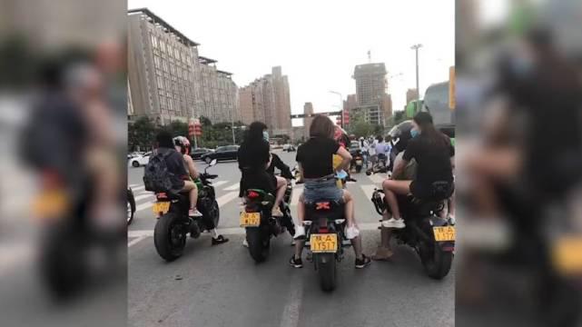 4男子骑车带妹子 被市民举报:未戴头盔