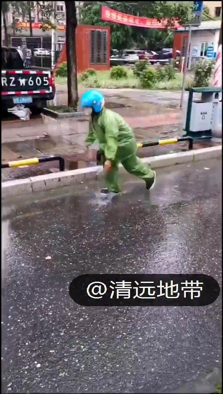 """清远:大雨积水,外卖小哥""""停车+冒雨+徒手,通下水道""""!"""