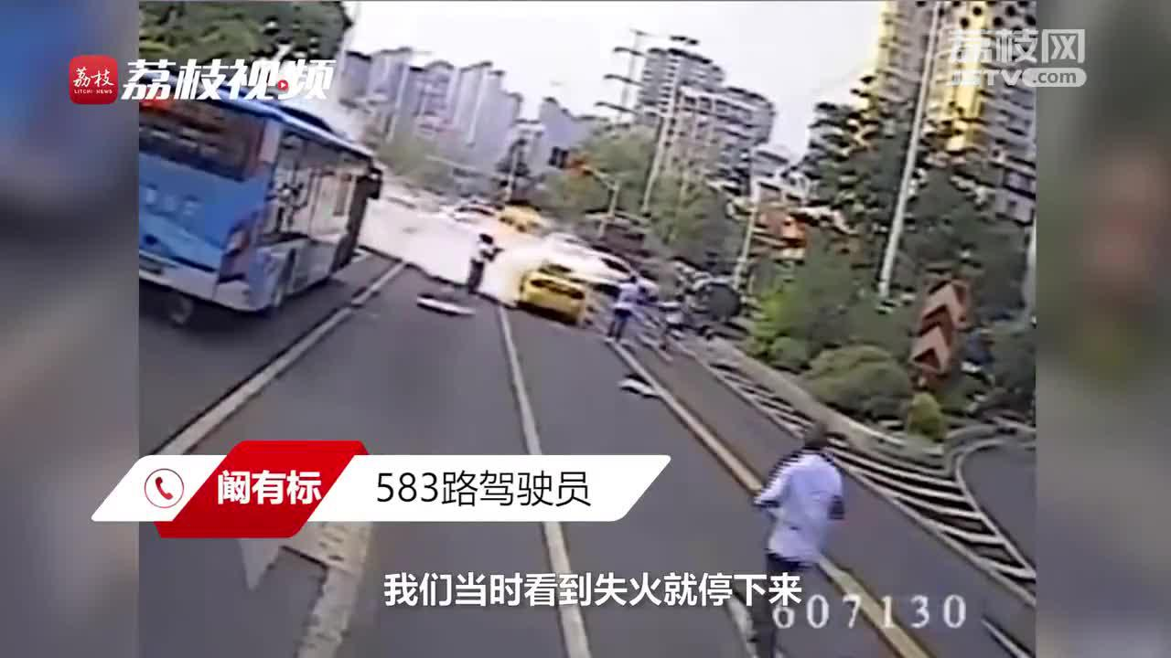 南京闹市路口出租车自燃 多位公交司机奋勇灭火
