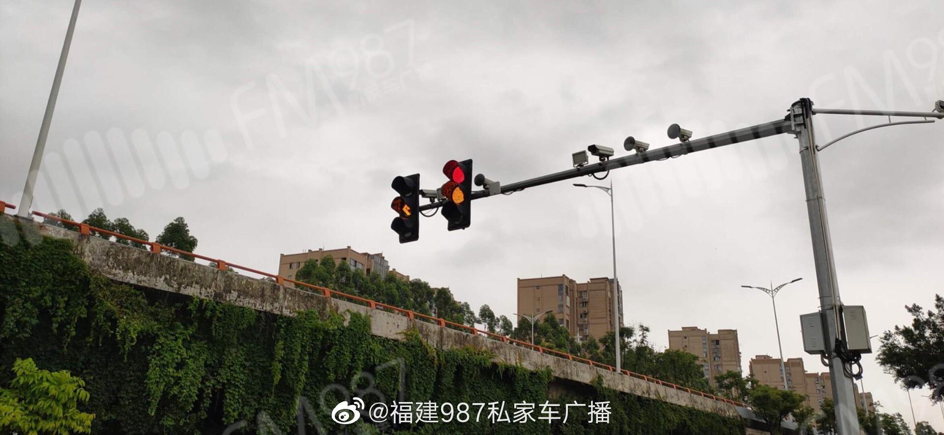听友爆料:南二环辅路齐安高架桥下路口所有红绿灯全坏……