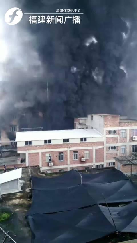 今天上午,听友报料晋江陈埭鞋都路吾悦广场附近一厂房着火