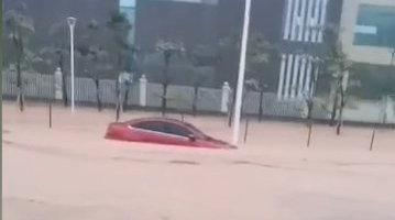 """广东省阳江市多地遭到雷雨侵袭 轿车变""""划艇积水道路中前行"""