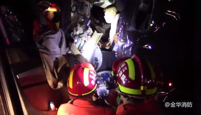 凌晨高速追尾司机被卡驾驶室 金华消防紧急救援