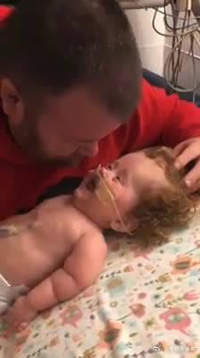 生病的孩子却不忘了逗父亲开心……