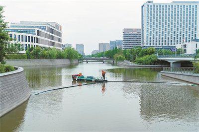 宁波启用新能源漂浮物自动清理船 用于河道水面保洁