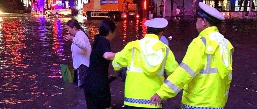 """""""别害怕,有我们""""洪水突袭玉山 危难时刻又见警察蓝"""