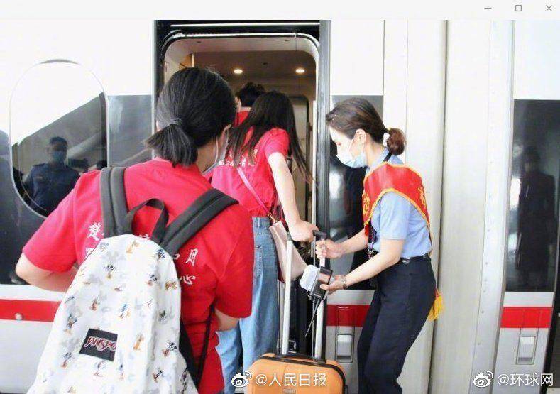 【彩票代理】归首批湖北籍彩票代理大学生搭高铁返京图片