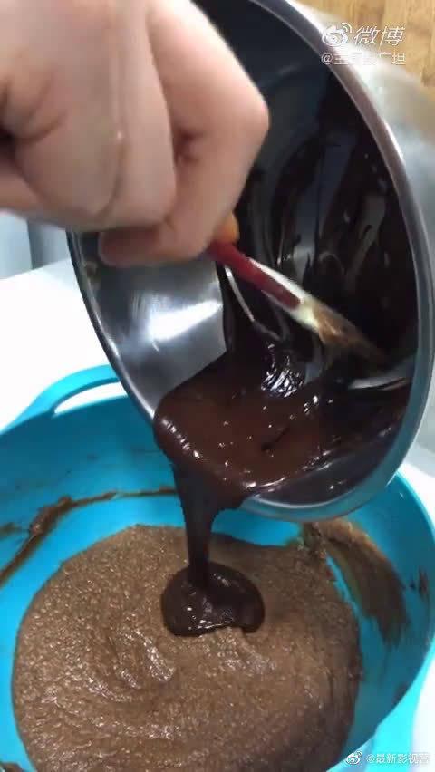 外国网友教你做巧克力布朗尼,很美味制作过程也比较复杂……