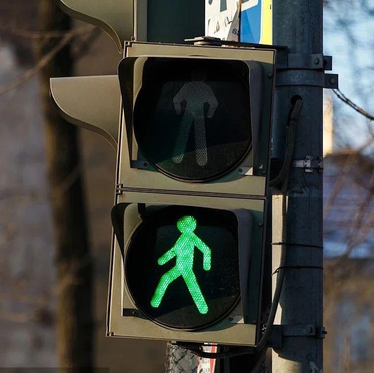 抚州街头女子3分钟闯2次红灯 接下来的一幕…
