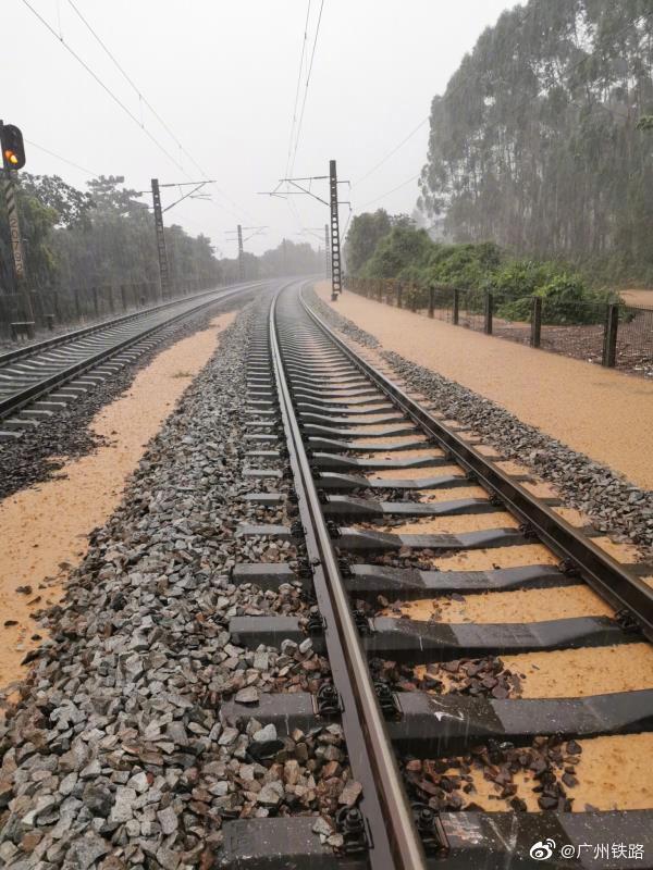强降雨致京广线部分列车晚点 铁路部门利用高铁转运普铁旅客图片