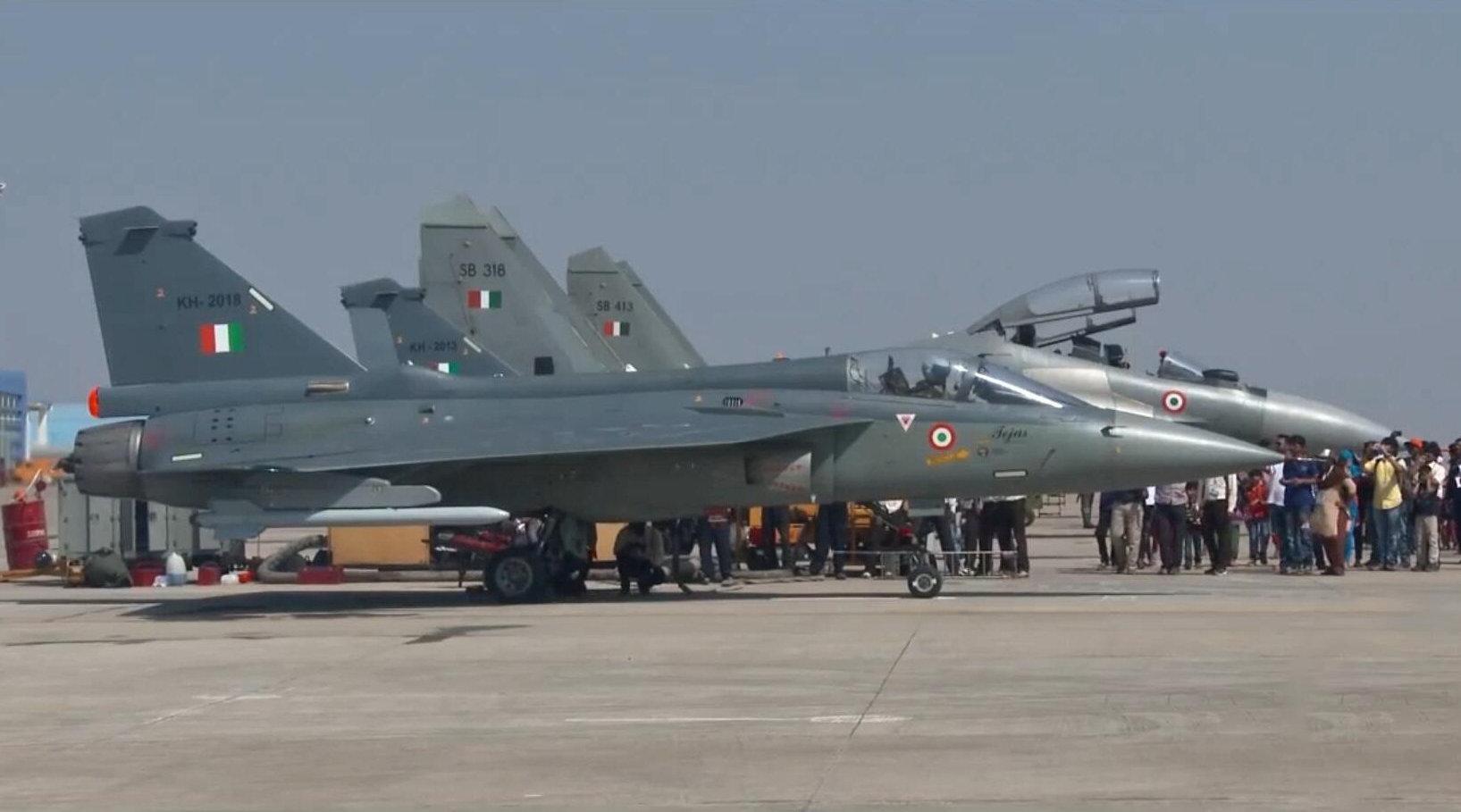 印度空军飞行员进行飞行表演,驾驶自行研发的LCA战斗机!