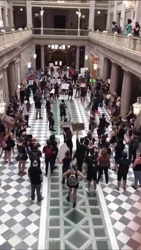 美国康涅狄格州首府哈特福德,抗议民众们进入市政厅