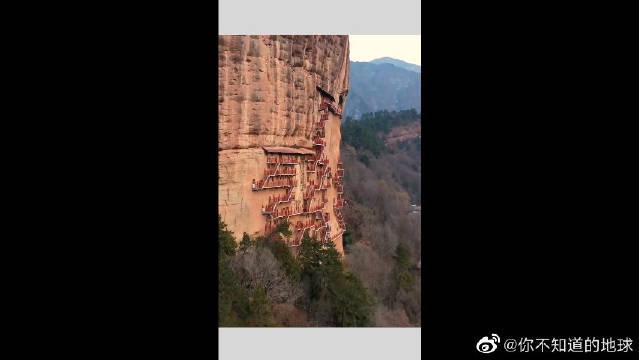 它是中国四大石窟之一,因外形酷似麦垛,命名麦积山石窟!