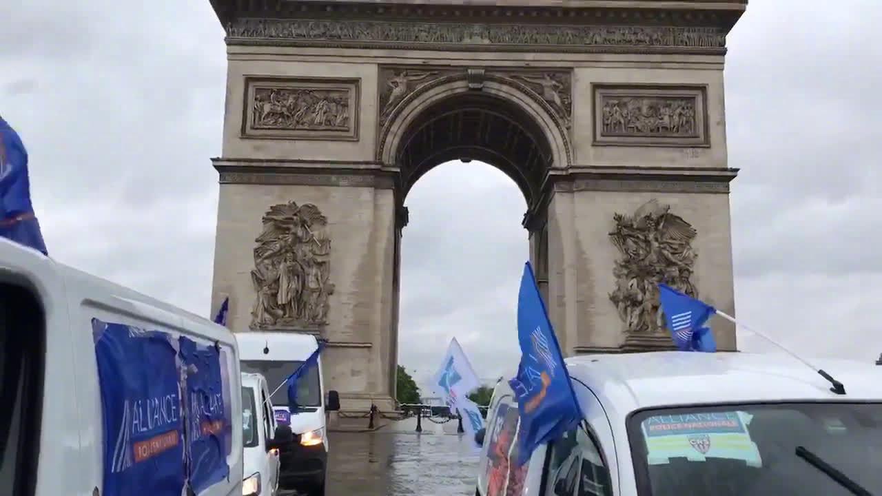 法国警察抗议锁喉禁令 占领香榭丽舍大街鸣笛