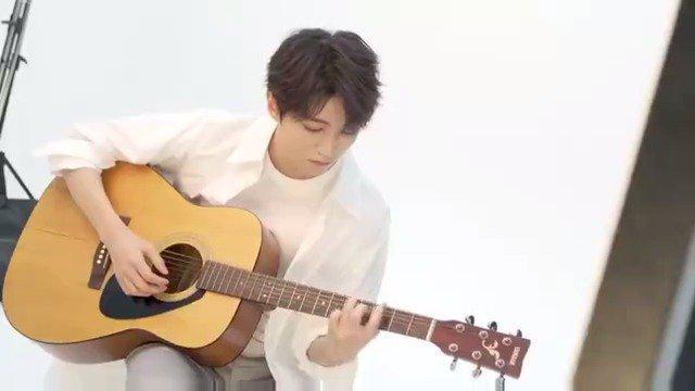王俊凯拍摄花絮 王俊凯工作室更新~ 白色衬衫的凯Boss青春活力满