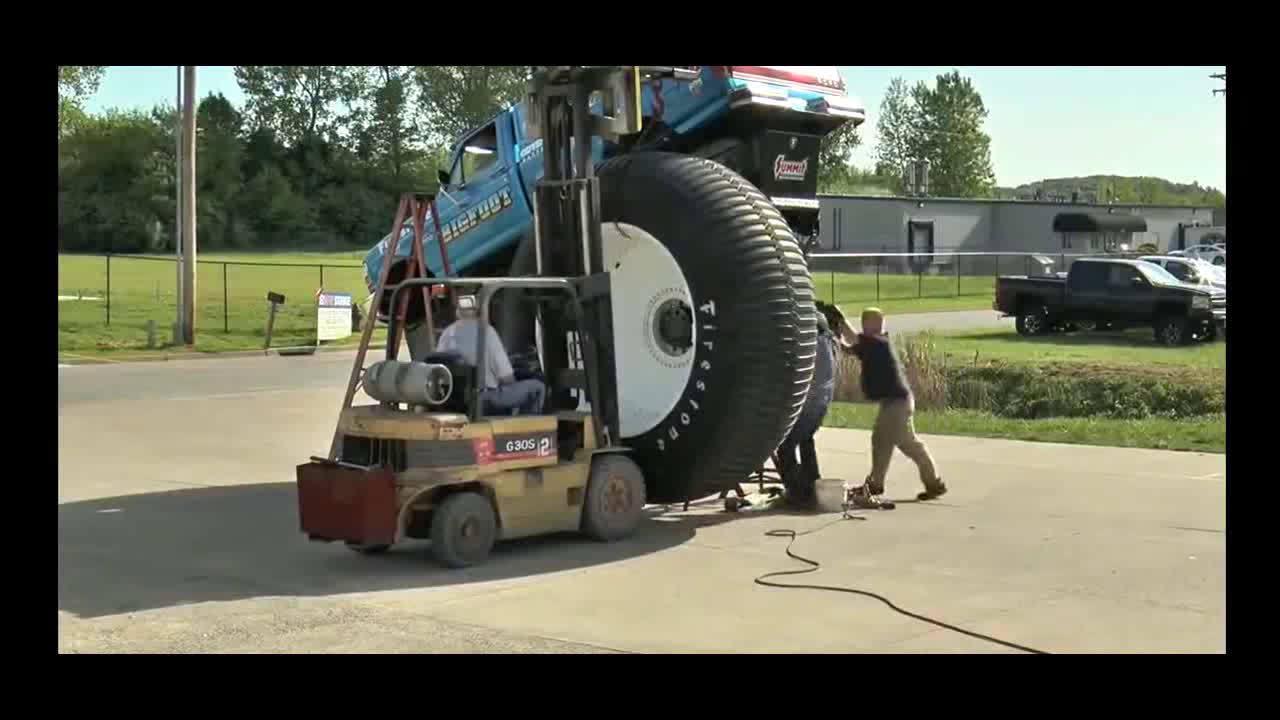 给皮卡车更换了超大的大脚轮胎