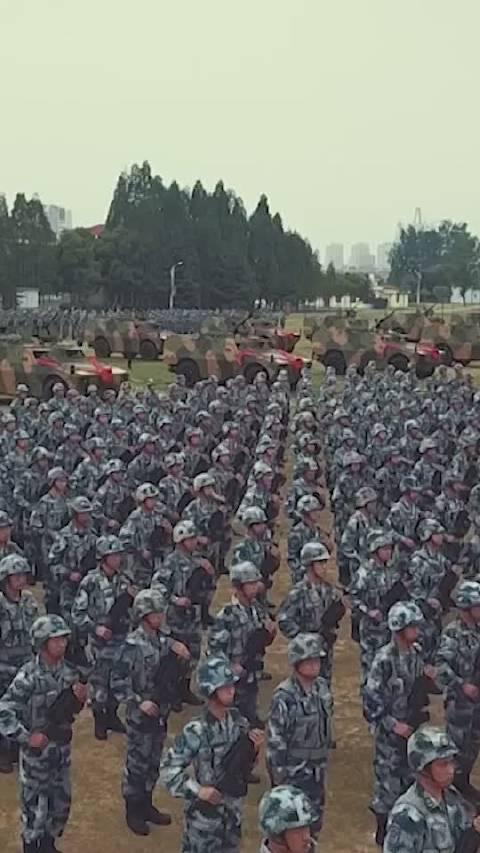 威武霸气!我国自主研发的某型轮式装甲车,正式加入空降兵部队!