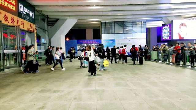 繁忙的深圳北站,人来人往,有人来,有人离开