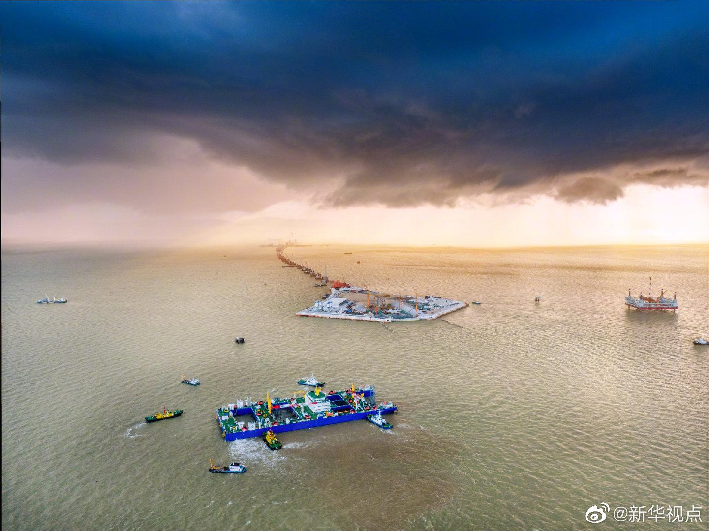 粤港澳大湾区超级工程完成首节沉管海底对接图片