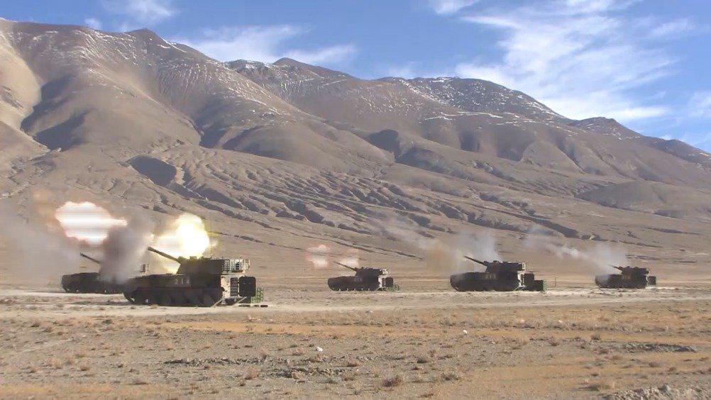 军事报道 今晚邀您关注 西藏军区某旅15式坦克、红箭10导弹等多种