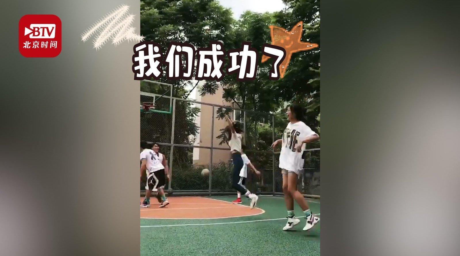 这是高手!纳西族女孩展示高难度球技 一招背后投篮看呆网友