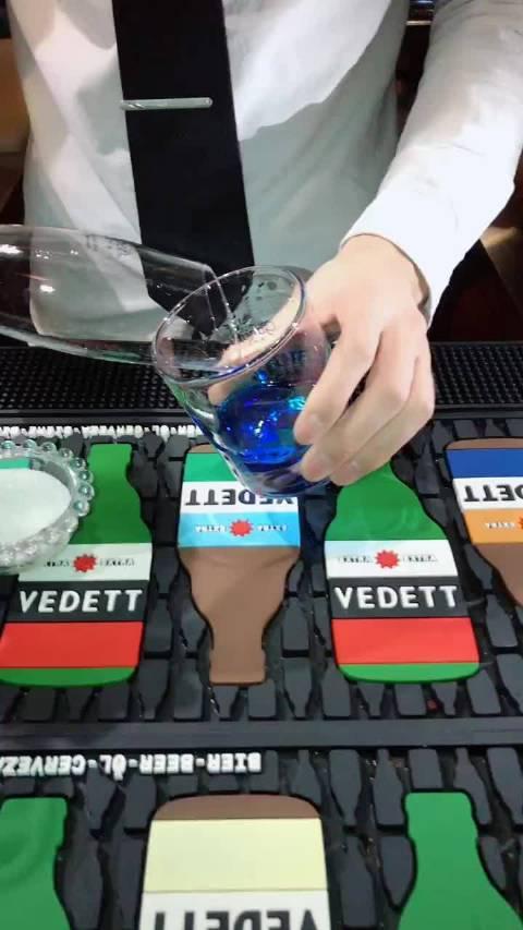 酸奶加勒比:酸奶利口酒30,马利宝椰子酒30,蓝橙15,白朗姆20!