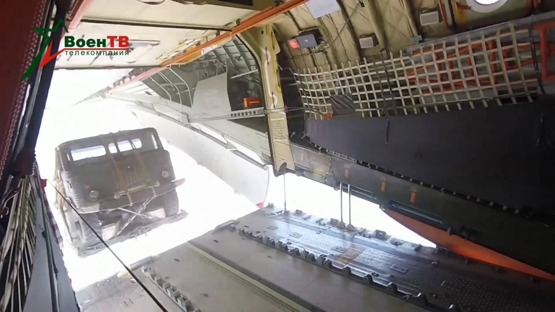 俄罗斯空军伊尔-76运输机空投军用卡车演习