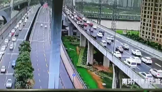 雨天让通行更忙碌。304:鄞县大道与机场路……