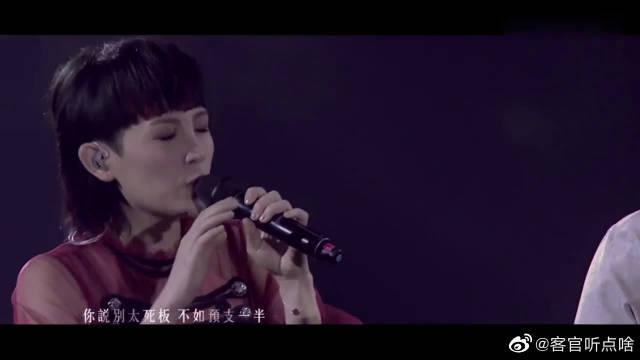 魏如萱台北小巨蛋演唱会,和马頔现场合唱,最后的拥抱好有爱!