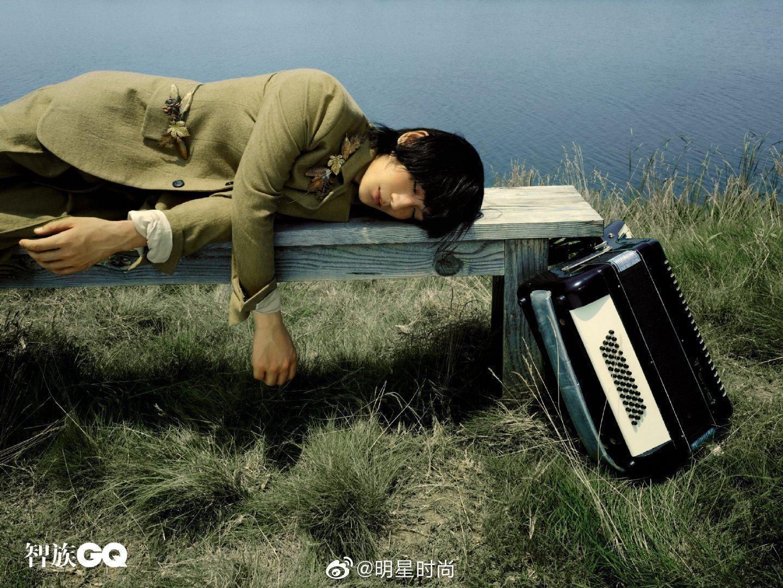 朱一龙登上《智族GQ》七月刊,钢琴、三角铁、草地、绅士帽……