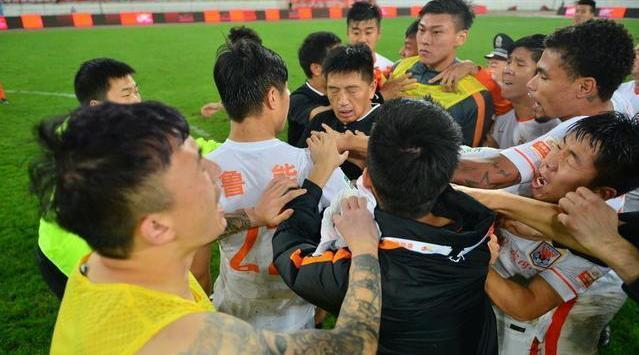 裁判打人你见过吗? 在2015赛季贵州人和2-2山东鲁能赛后……