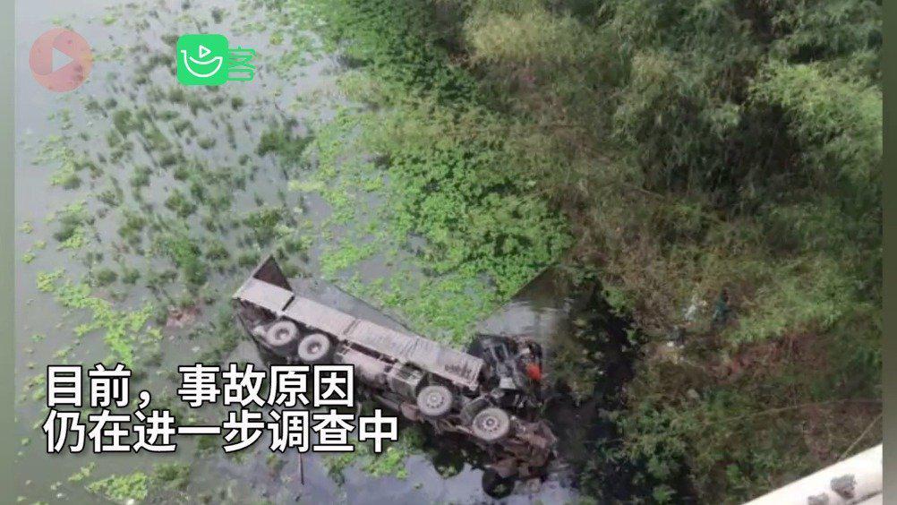 惊险!四川乐山货车失控冲出大桥 撞毁护栏翻入河中司机不幸身亡