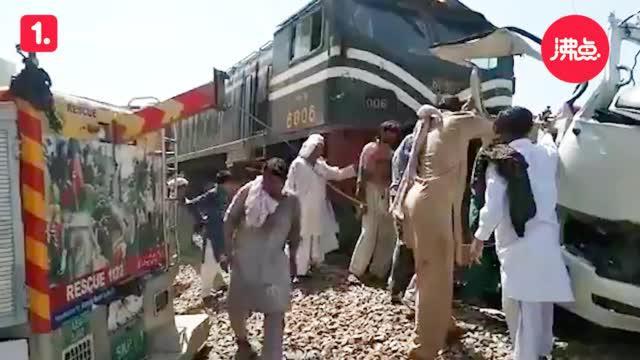现场 巴基斯坦发生火车与客车相撞事故 已致至少15人死亡