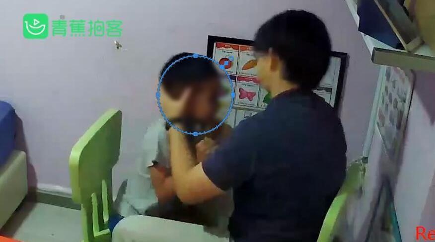 不耐烦自闭症男孩舔手指 心理治疗师6分钟8次往男孩嘴里强塞手