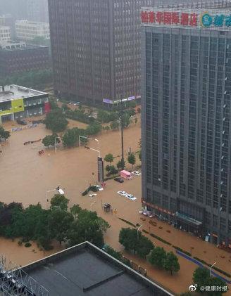 高德注册,南方洪涝半夜被雨惊醒感高德注册觉天漏了图片