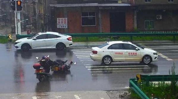闯红灯撞倒摩托车 驾校教练教学员逃逸