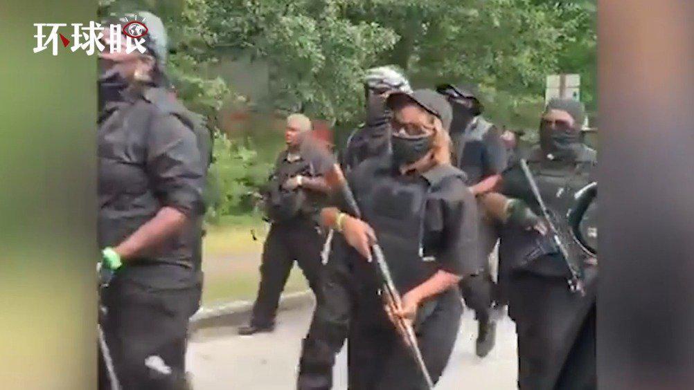 大批黑人持枪走上街头  要求移走南方联盟纪念浮雕