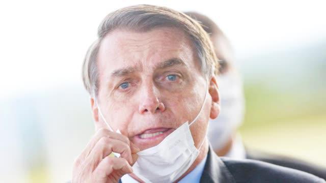 """#巴西总统做完新冠病毒检测后亮相#  """"警告""""人们戴口罩 离他远点"""