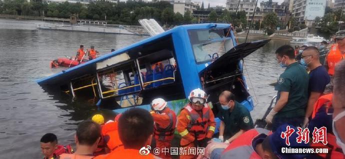 杏悦:公交车坠湖事杏悦故已救出18人图片