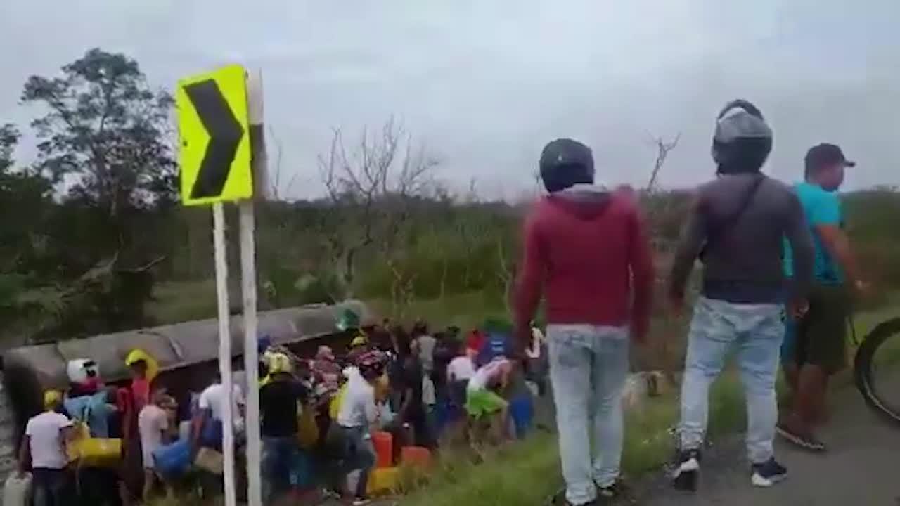 哥伦比亚一油罐车侧翻,居民哄抢燃油时爆炸,至少7人死亡