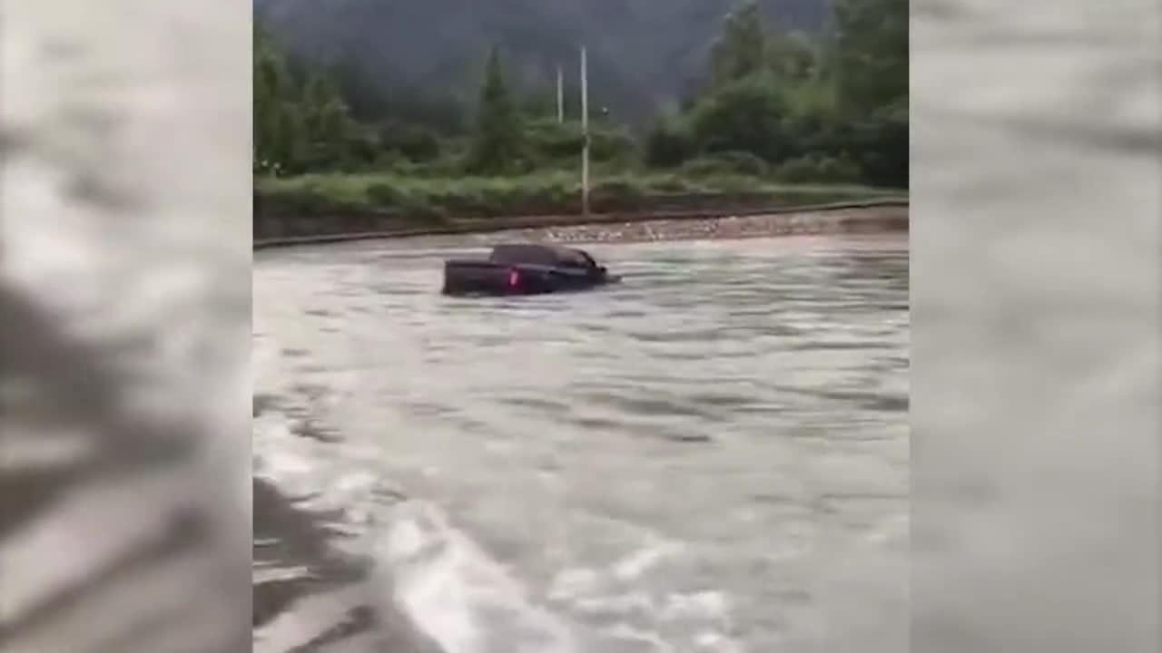 """杭州一皮卡车为拍小视频,过""""水桥""""被冲走,市民大喊踩油门"""