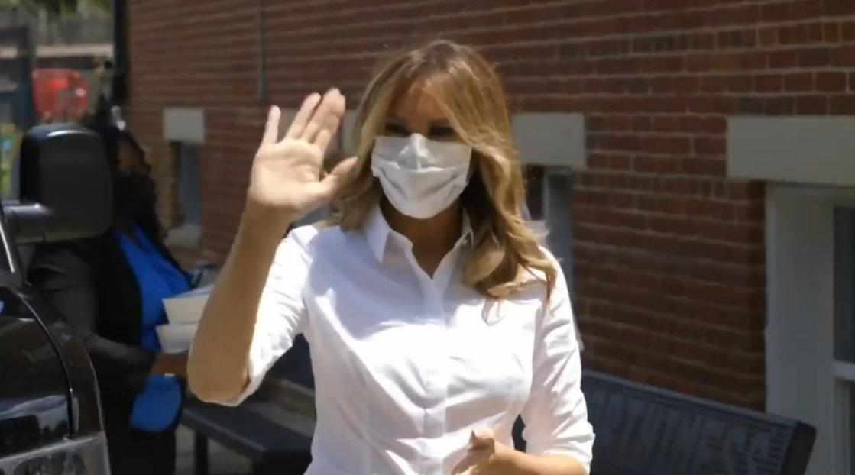 美国第一夫人首次在公开场合戴口罩