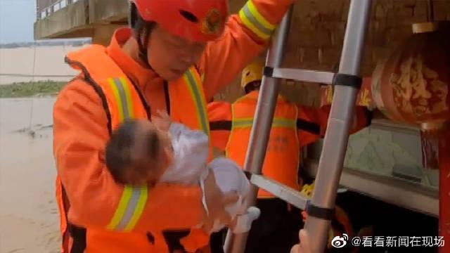 救援现场消防老兵一手托娃一手抓梯 网友:稳稳的!