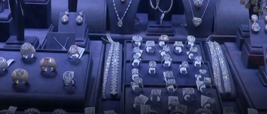 """世界最大钻石首饰零售商,将永久关闭超150家门店!钻石""""蒙尘"""",有人发现新商机..."""